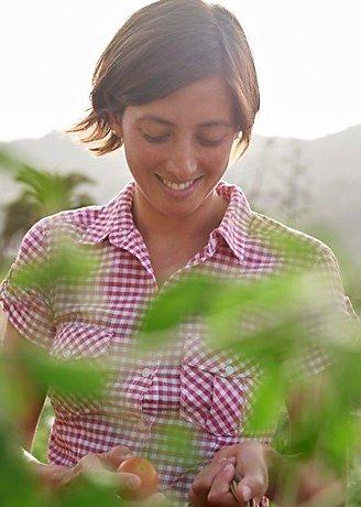 усмихната жена на поле